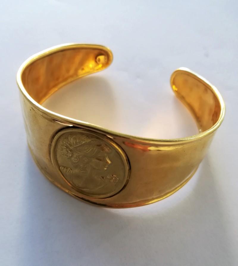 bracciale oro giallo rigido con cammeo in bassorilievo