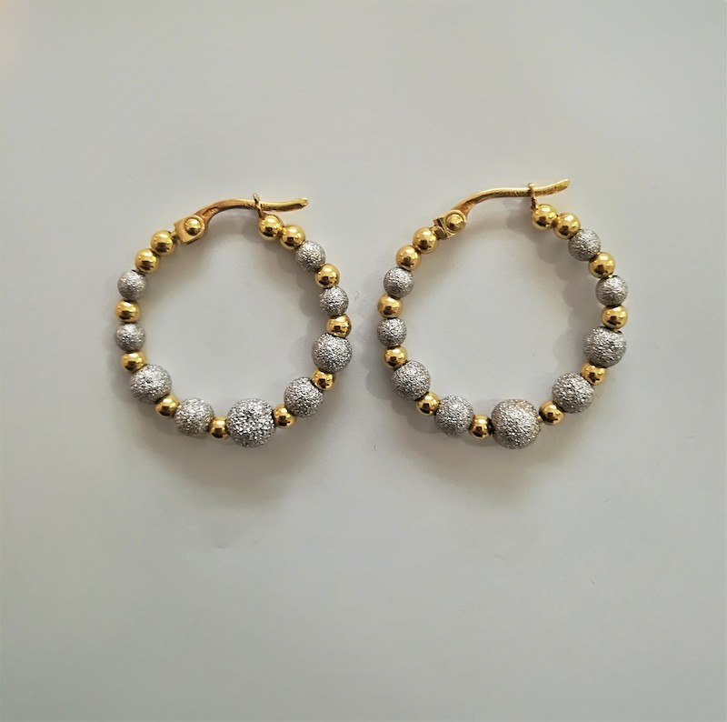 orecchini a cerchio in oro giallo e sfere bianche effetto diamantato